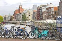 Amsterdam kanal och cyklar royaltyfria foton