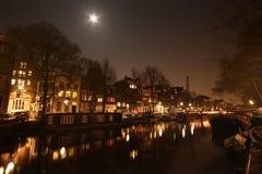 Amsterdam kanal på natten Royaltyfria Bilder
