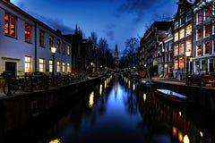 Amsterdam kanal på natten Arkivbilder
