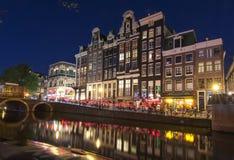 Amsterdam kanal på natten, Nederländerna arkivfoto