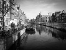 Amsterdam kanal, pråm och byggnader i vinterljus fotografering för bildbyråer