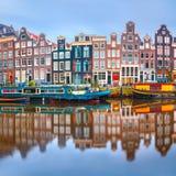 Amsterdam-Kanal Singel mit niederländischen Häusern lizenzfreie stockbilder