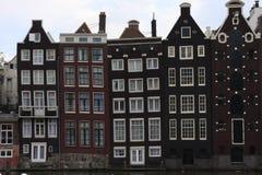 Amsterdam-Kanal Singel mit typischen niederländischen Häusern und Hausbooten während der blauen Stunde des Morgens, Holland, die  lizenzfreies stockbild