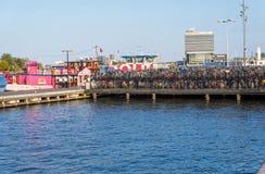 Amsterdam-Kanal und Brücke mit Fahrrädern, Holland, die Niederlande stockbilder