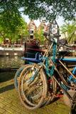 Amsterdam, Kanal und Fahrrad. stockbild