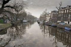 Amsterdam-Kanal und -gebäude Lizenzfreie Stockbilder