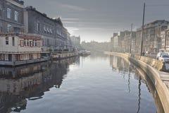 Amsterdam-Kanal und -gebäude Stockfotografie