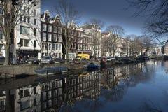 Amsterdam-Kanal und -gebäude Stockbilder