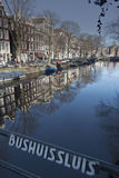 Amsterdam-Kanal und -gebäude Stockfotos