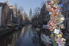 Amsterdam-Kanal und -gebäude mit Vorhängeschlössern Lizenzfreies Stockbild