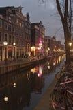 Amsterdam-Kanal und -gebäude nachts Lizenzfreies Stockfoto
