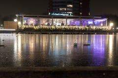 Amsterdam-Kanal und -gebäude nachts Lizenzfreie Stockfotos