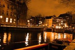 Amsterdam kanal vid natt arkivfoton