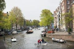 Amsterdam-Kanal voll mit Booten an einem sonnigen Tag im Frühjahr Stockfotografie