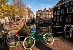 Amsterdam-Kanalansicht und -fahrräder auf der Brücke Lizenzfreie Stockbilder