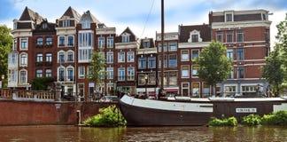 Amsterdam - Kanalen en typische Nederlandse huizen Stock Foto
