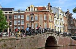 Amsterdam - Kanalen en typische Nederlandse huizen Stock Fotografie