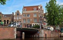 Amsterdam - Kanalen en typische Nederlandse huizen Stock Foto's