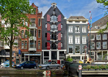 Amsterdam - Kanalen en typische Nederlandse huizen Royalty-vrije Stock Afbeeldingen