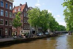 Amsterdam - Kanalen en typische Nederlandse huizen Stock Afbeelding