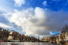 Amsterdam kanaler, broar och hus Arkivfoto