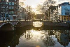 Amsterdam kanaler, broar och hus Royaltyfri Bild