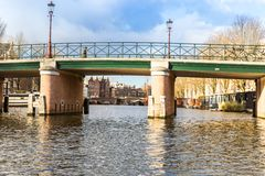 Amsterdam kanaler, broar och hus Arkivbild