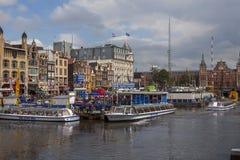 Amsterdam kanaler med broar, fartyg och hus Royaltyfri Bild
