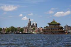Amsterdam kanaler med broar, fartyg och hus Royaltyfri Fotografi
