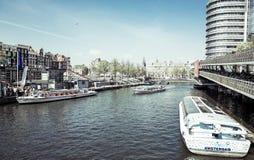 Amsterdam kanaler med bron och typiska holländska hus Arkivbilder