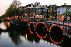 Amsterdam kanaler på skymning royaltyfri fotografi
