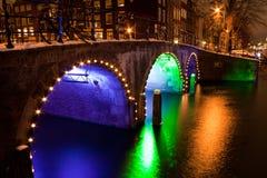 Amsterdam kanaler vid natt Arkivfoto