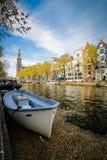 Amsterdam kanalfartyg och streetscape, Nederländerna fotografering för bildbyråer