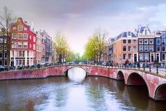Amsterdam kanalsikt efter regn under sommar Arkivbilder