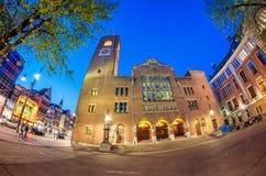 AMSTERDAM, KWIECIEŃ - 25, 2015: Turyści i miejscowi wzdłuż miasta stree Obrazy Royalty Free