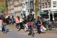 AMSTERDAM, KWIECIEŃ - 18: Amsterdam ludzie Obraz Royalty Free
