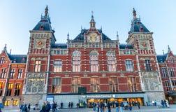 AMSTERDAM, KWIECIEŃ - 25, 2015: Ludzie wizyty centrali staci Amster Obrazy Stock