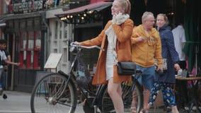 Amsterdam l'explorant - les barres à la place de Leidse - AMSTERDAM - PAYS-BAS - 19 juillet 2017 banque de vidéos