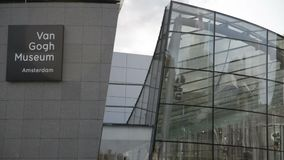 Amsterdam l'Oktober néerlandais 2017 : Promenade de visiteurs du musée de van Gogh banque de vidéos