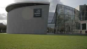 Amsterdam l'Oktober néerlandais 2017 : Promenade de visiteurs du musée de van Gogh clips vidéos