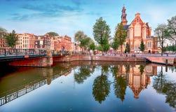 Amsterdam - la iglesia de Westerkerk, Países Bajos en la noche Fotos de archivo