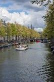 Amsterdam landskap med en kanal och ett fartyg i dagen Royaltyfri Foto