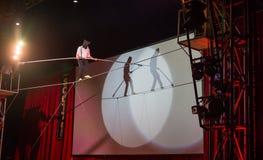 Amsterdam, le 20 décembre 2014 : Un acrobate de cirque Scott donne une représentation de marche bandée les yeux de corde raide image libre de droits