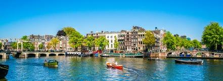 Amsterdam, le 7 mai 2018 - la vue sur la rivière Amstel a rempli de sma photographie stock