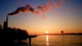 Amsterdam-Lehrkörperverschmutzungsskyline mit Rauche stockfotos