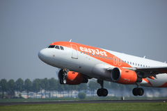 Amsterdam les Pays-Bas - 6 mai 2017 : EasyJet Airbus A319 de G-EZDA Image stock