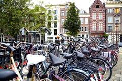 AMSTERDAM; LOS PAÍSES BAJOS - 16 DE AGOSTO; 2015: Porciones de las bicicletas p Imagenes de archivo