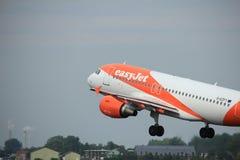 Amsterdam los Países Bajos - 6 de julio de 2017: EasyJet Airbus A319-100 de G-EZFY Imagen de archivo libre de regalías