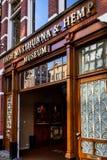 AMSTERDAM, LOS PAÍSES BAJOS - 10 DE JUNIO DE 2014: Entrada del museo de la marijuana en Amsterdam Foto de archivo