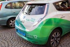 AMSTERDAM, LOS PAÍSES BAJOS - 10 DE JUNIO DE 2014: Taxi eléctrico parqueado en la calle de Amstrdam Fotos de archivo libres de regalías